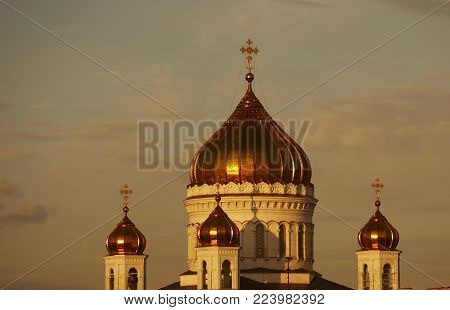 GOLD DOMES ON CATHEDRAL OF CHRIST THE SAVIOUR AT TWILIGHT MOSCOW RUSSIA