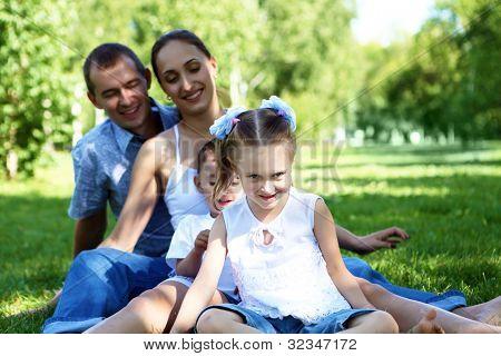 Junge glückliche Familie mit zwei Kindern im Sommerpark