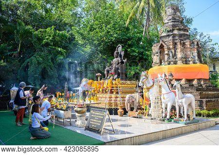 Chiang Rai, Thailand : 01-01-2020 : Group Of Tourist Visiting Wat Doi Ngam Muang For Praying And Wor