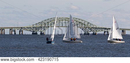 Babylon, New York, Usa - 7 December 2019: Small Sailboats In A Winter Regatta Sailing With The Great