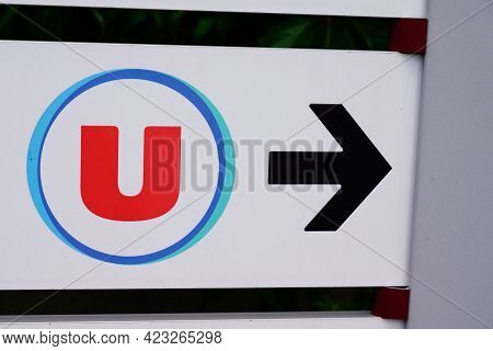 Bordeaux , Aquitaine France - 06 06 2021 : Super U Supermarket Arrow Logo Brand U Sign Of Market Sto