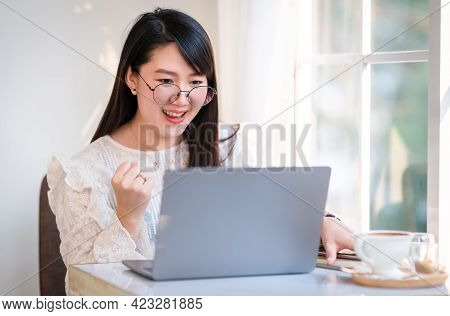 Happy Successful Business Of Asian Freelance People Business Female Expressed Confidence Embolden Wo