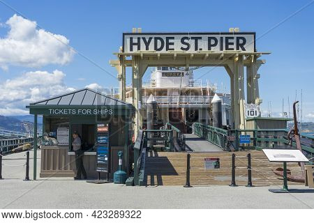 San Francisco,usa - April 18,2018 : Sunny Day View Of Hyde St. Pier At Fisherman\\\'s Wharf, Part Of