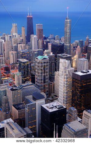Vista aérea centro de Chicago al anochecer con rascacielos y el horizonte de la ciudad en la orilla del lago Michigan.