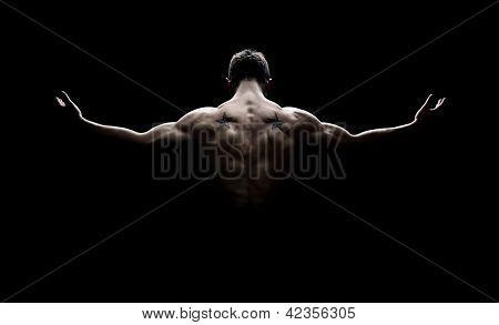 Vista traseira do jovem homem musculoso