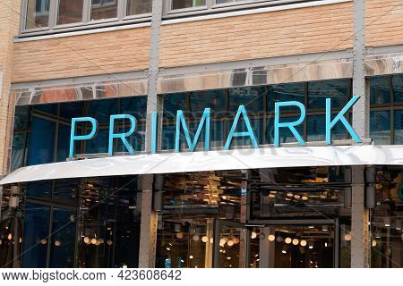 Toulouse , Occitanie France - 06 06 2021 : Primark Logo Brand Fashion Shop And Text Sign Store On Fa