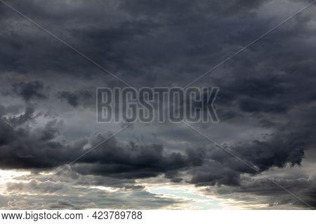 Dark Clouds Before A Thunderstorm . Hurricane Heaven . Black Sky Before Storm