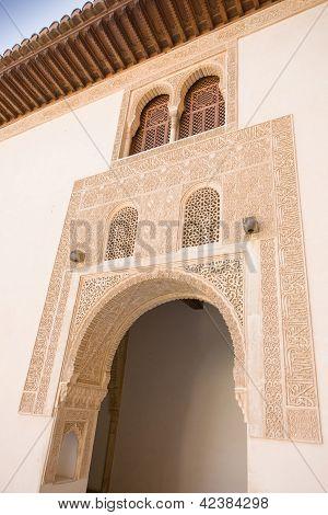 Patio en el Palacio nazaríes de la Alhambra en Granada, España