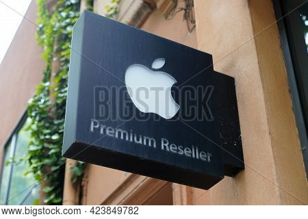 Bordeaux , Aquitaine France - 06 06 2021 : Apple Premium Reseller Logo Brand And Text Sign On Store