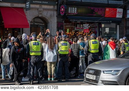 London, Uk - May 29, 2021: Police Officers Surrounding A Group Of Pro-palestine Protestors At A Free