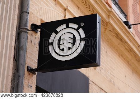 Toulouse , Occitanie France - 06 06 2021 : Element Logo Brand Fashion Shop And Text Sign Store On Fa