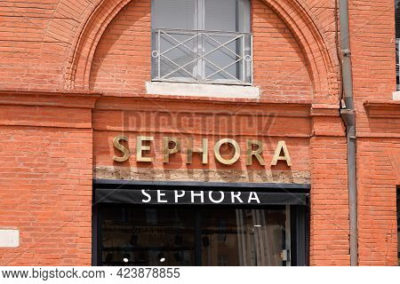 Toulouse , Occitanie France - 06 06 2021 : Sephora Logo Brand Fashion Shop And Text Sign Store On Fa