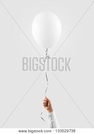 Hand hold blank white balloon mock up isolated. Baloon mockup art design. Pattern, logo, texture prentation.