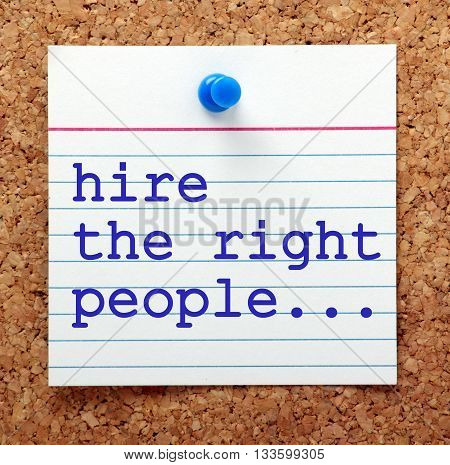 The words Hire The Right People typed on a note card and pinned to a cork notice board asa reminder to employ the best candidates for your organization