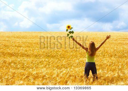 Glückliche junge Frau mit Blume