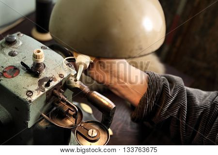 Tailor lubricates the sewing machine lubricant .