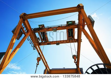 Straddle carrier for moving containers in a shipping port