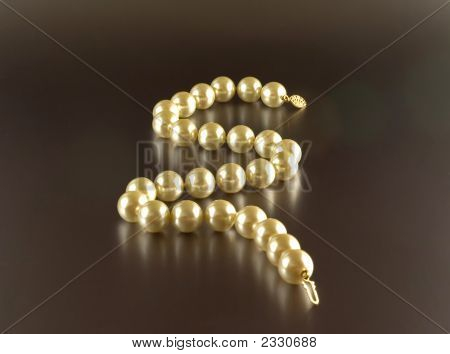 A Pearl necklace with reflection on