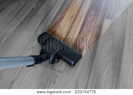 Cleaning Laminate Wood Floor, Vacuum Cleaner Cleaning Dust And Dirtiness
