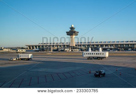 Dulles Airport, Va - March 4, 2018: People Carrier Or Shuttle In Front Of The Terminal Building At D