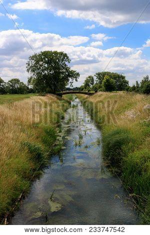 Alte Brücke über Einen Bach An Einem Wolkigem Sommertag