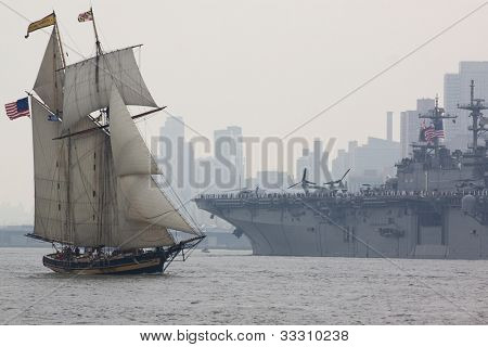 HOBOKEN, NJ Mai 23: Das Kriegsschiff USS Wasp (LHD-1) Segel vorbei an The Pride of Baltimore Großsegler auf der