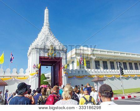 2019 July 19. Bangkok Thailand. Clowd Of Tourist Waking Into Thai Grand Palace At The Front Entrance