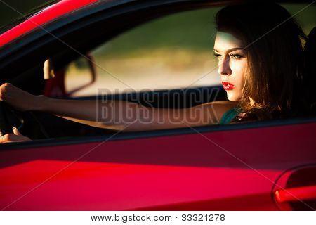 Frau rot Sport Auto zu fahren, Seitenansicht, sonnendurchflutetes