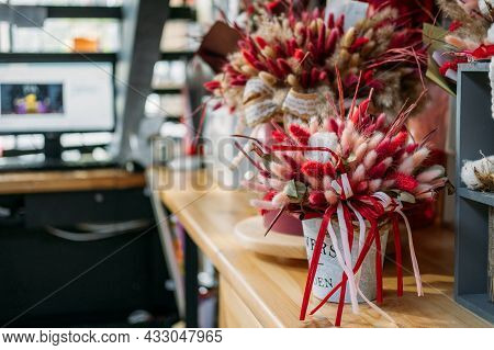 Natural Dried Lagurus Ovatus Flowers, Bouquet With Color Rabbit Tail Dried Pampas Flowers In Flower