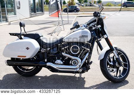 Bordeaux , Aquitaine  France - 09 10 2021 : Harley-davidson 1800 Sport Glide 107 Motorcycle White Pa