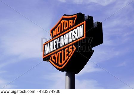Bordeaux , Aquitaine  France - 09 10 2021 : Harley Davidson Logo Brand And Text Sign Of Dealership S