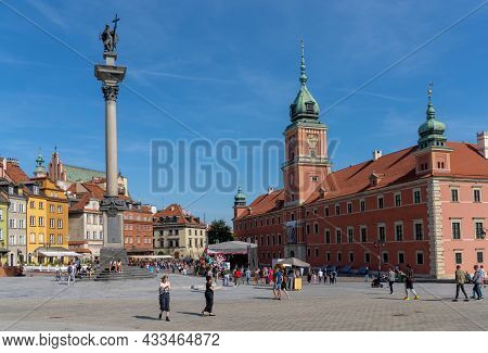 View Of The Zamkowy Square With The Royal Castle And The Column Of Sigismund In Downtown Warsaw