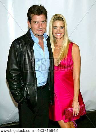 LOS ANGELES - SEP 09: Charlie Sheen and Denise Richards arrives for the Rodeo Drive Walk Of Style Award on September 09, 2003 in Beverly Hills, CA