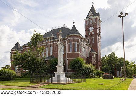 Arkadelphia, Arkansa, Usa - Junio 28, 2021: The Historic Clark County Courthouse With The Confederat