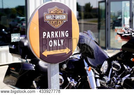 Bordeaux , Aquitaine  France - 09 20 2021 : Harley Davidson Parking Only Brand Text And Motorbike Lo