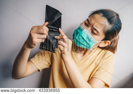 Asian Woman Open Her Empty Wallet But No Money Because Of She Was Unemployed In Situation Of Covid-1