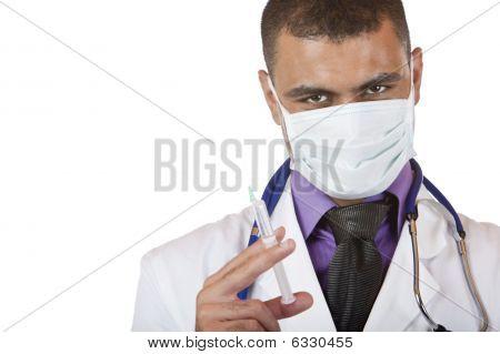 Medische arts met injectie, stethoscoop en masker