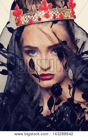 Fashion Woman in Royal Crown and Black Voile