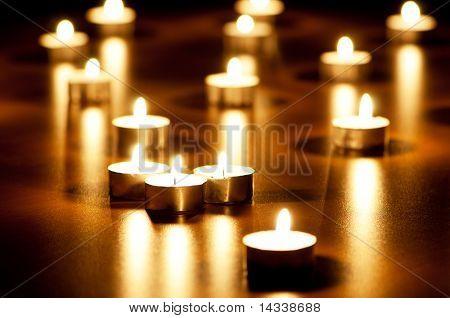 Viele brennende Kerzen mit geringe Schärfentiefe