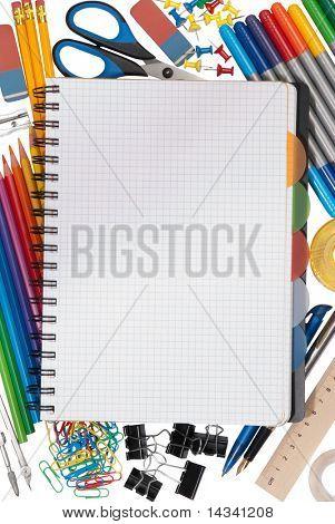 Cuaderno con objetos inmóviles en el fondo