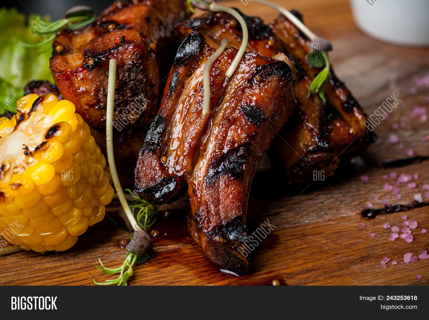 Barbecued Ribs with Rosemary Corn foto