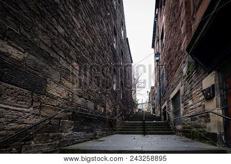 Edinburgh, Scotland - April 2018: An Alley Near The Royal Mile In The Old Town In Edinburgh Scotland