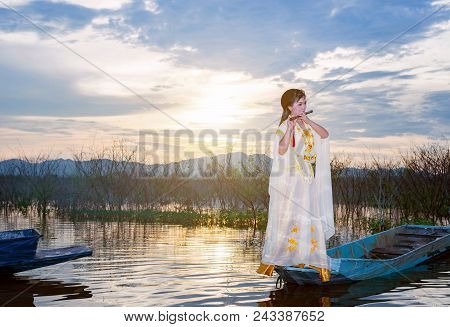 Chinese Girl Is Playing The Traditional Chinese Musical Instrument On The Boats In The  Lake ;chines