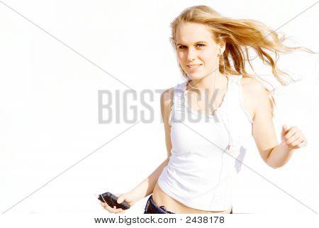 Frau persönliche Stereo hören und tanzen
