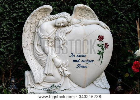 Friedhof Tegel, Berlin, Germany -november 29, 2018:  A Heart With A Mourning Angel And A Red Rose Re