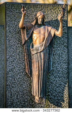 Friedhof Tegeler Fliess, Berlin, Germany - December 5, 2018:  Statue Of Jesus Christ On A Grave In B