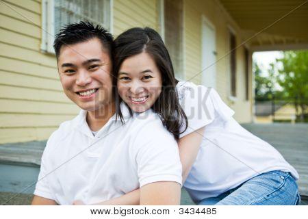 Asian para przed ich domu