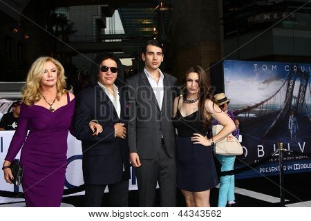 LOS ANGELES - APR 10:  Shannon Tweed Simmons, Gene Simmons, Nick Simmons, Sophie Simmons arrives at the
