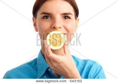 Joven sosteniendo la rebanada de limón