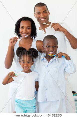 lächelnd Familie Zähneputzen